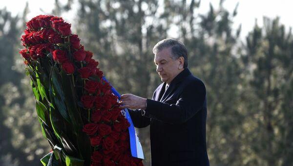 Глава государства Шавкат Мирзиёев 30 января возложил цветы к подножию памятника Исламу Каримову. - Sputnik Узбекистан