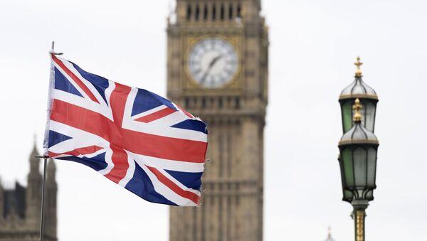 Флаг Великобритании на фоне Вестминстерского дворца в Лондоне - Sputnik Узбекистан