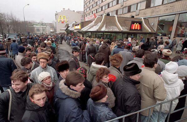 Очередь в ресторан Макдоналдс на Пушкинской площади в Москве - Sputnik Узбекистан