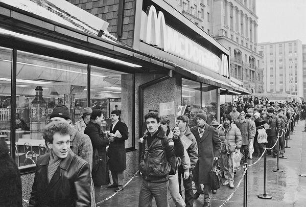 31 января 1990 года на Пушкинской площади открылся первый в Москве советско-канадский ресторан Макдональдс, у входа в который образовалась огромная очередь желающих попасть в ресторан - Sputnik Узбекистан