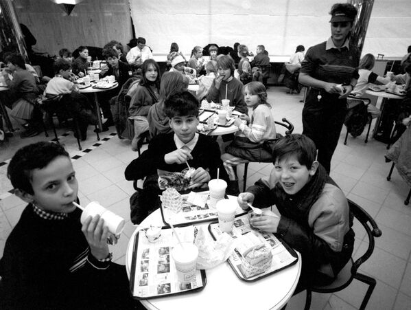 Воспитанники московских детских домов в ресторане Макдоналдс на Пушкинской площади в Москве - Sputnik Узбекистан
