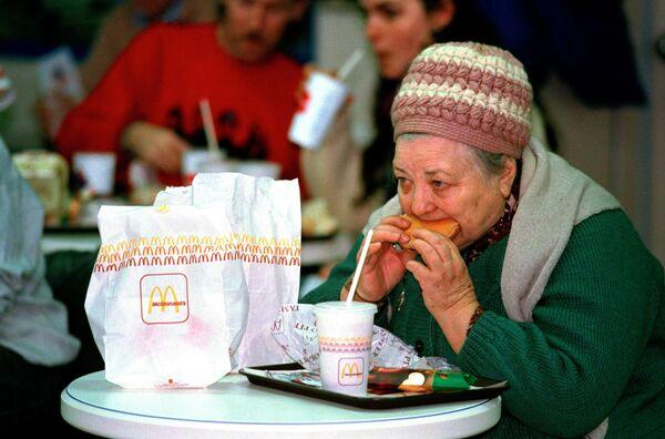 Пожилая женщина в ресторане Макдональдс в Москве  - Sputnik Узбекистан