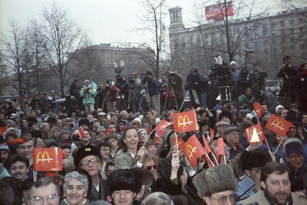 Во время торжественного открытия ресторана Макдональдс на Пушкинской площади в Москве в день его открытия, 31 января 1990 года - Sputnik Узбекистан