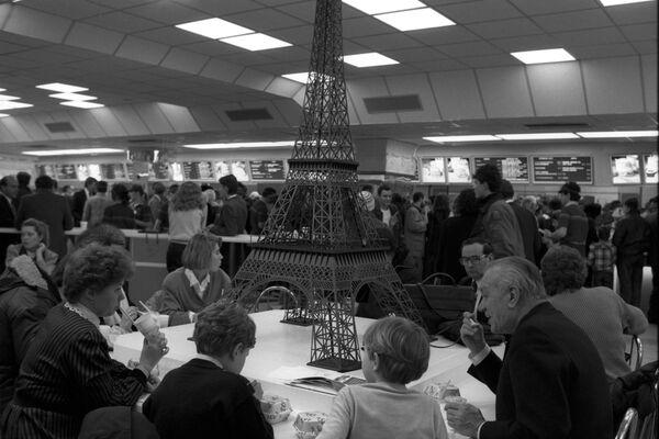 Европейский зал первого советско-канадского ресторана Макдоналдс на Пушкинской площади в Москве - Sputnik Узбекистан