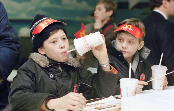 Первые посетители советско-канадского ресторана Макдоналдс на Пушкинской площади в Москве в день его открытия, 31 января 1990 года - Sputnik Узбекистан