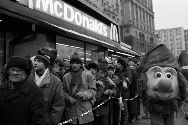 Очередь у входа в ресторан Макдоналдс на Пушкинской площади в Москве в день его открытия, 31 января 1990 года - Sputnik Узбекистан