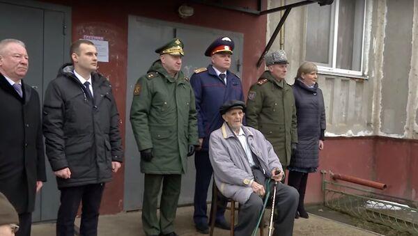 В Смоленском районе прошел парад для одного ветерана - Sputnik Узбекистан