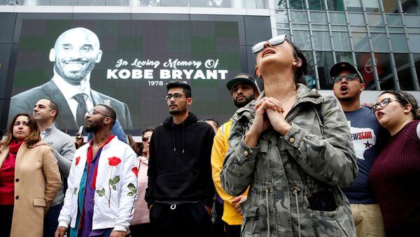 Скорбящие возле изображения баскетболиста Коби Брайанта в Лос-Анджелесе, Калифорния, который разбился в результате крушения личного вертолета в Калабасасе - Sputnik Узбекистан