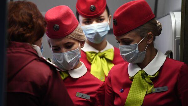 Бортпроводницы рейса авиакомпании S7, прибывшего из Пекина, в аэропорту Толмачево в Новосибирске - Sputnik Узбекистан