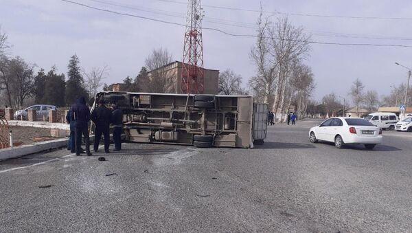 В Бекабаде опрокинулся автобус с двадцатью пассажирами - Sputnik Ўзбекистон