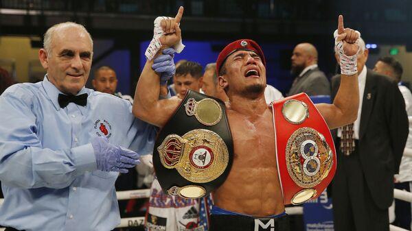 Боксер Муроджон Ахмадалиев радуется победе в бою за титул чемпиона мира по версиям WBA Super и IBF   - Sputnik Узбекистан