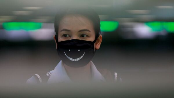 Сотрудник аэропорта носит маску, чтобы предотвратить распространение нового коронавируса - Sputnik Ўзбекистон