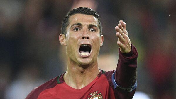 Нападающий сборной Португалии Криштиану Роналду во время футбольного матча Евро-2016 между Португалией и Австрией в Париже, 2016 год - Sputnik Узбекистан