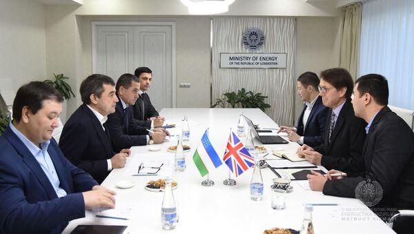 Министр энергетики Узбекистана Алишер Султанов провел встречу с послом Великобритании в республике Тимоти Торлотом - Sputnik Узбекистан