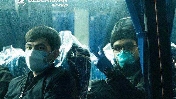 Все дома: в Ташкент прибыл третий рейс с пассажирами из Пекина - Sputnik Узбекистан