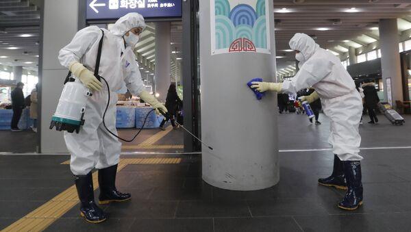 Sotrudniki rabotayut nad predotvraщeniyem poyavleniya novogo koronavirusa na stantsii Suseo v Seule, Yujnaya Koreya - Sputnik Oʻzbekiston