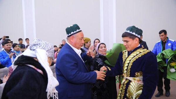 Murodjona Axmadaliyeva torjestvenno vstretili v Namangane - Sputnik Oʻzbekiston