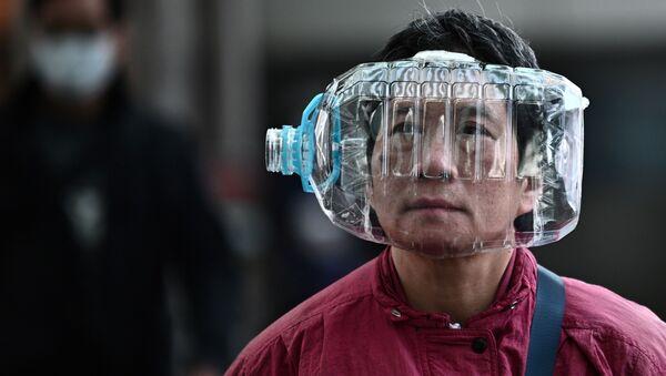 Житель Гонконга использует пластиковую бутылку в качестве маски, чтобы защититься от коронавируса - Sputnik Ўзбекистон