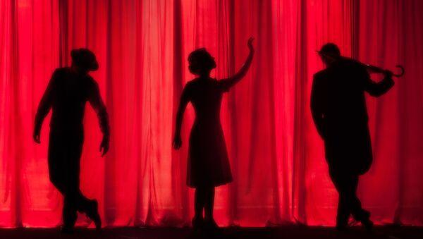 Силуэты актеров на фоне театрального занавеса - Sputnik Узбекистан