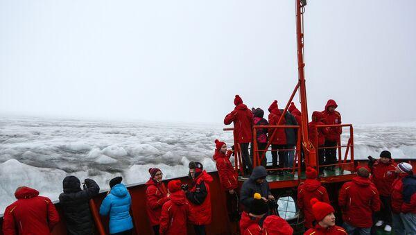 Ледокол со школьниками вернулся из рейса на Северный полюс - Sputnik Узбекистан