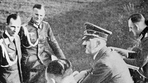 Главный адъютант Гитлера генерал пехоты Рудольф Шмундт (первый слева), фюрер Адольф Гитлер (второй справа). - Sputnik Узбекистан
