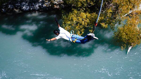 Мужчина совершает прыжок - Sputnik Узбекистан