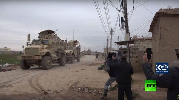 سوريا.. رتل عسكري أمريكي يتعرض للرشق بالحجارة - Sputnik Узбекистан