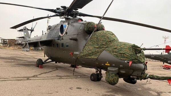 Novыe vertoletы Mi-35M VVS Uzbekistana, stoyaщiye na stoyanke v mejdunarodnom aeroportu imeni Islama Karimova - Sputnik Oʻzbekiston