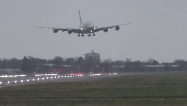 Экстремальная посадка самолета во время урагана в Лондоне  - Sputnik Ўзбекистон