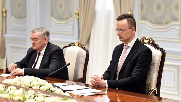 Президент Республики Узбекистан Шавкат Мирзиёев 18 февраля встретился с делегацией Венгрии во главе с министром внешнеэкономических связей и иностранных дел Петером Сийярто - Sputnik Узбекистан