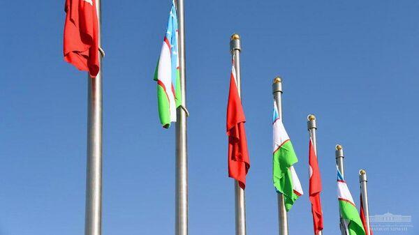 Флаги Узбекистана и Турции - Sputnik Узбекистан