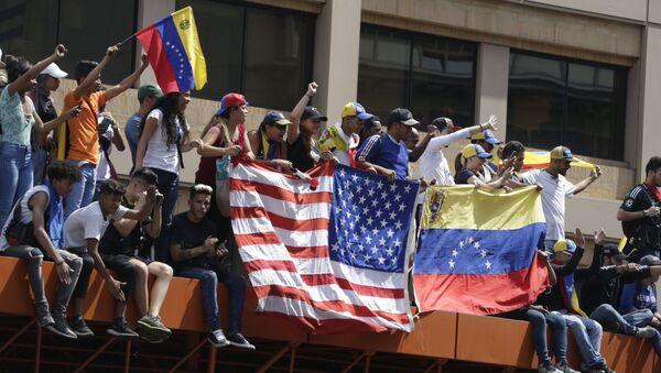 Противники правительства Николаса Мадуро во время митинга в Каракасе - Sputnik Ўзбекистон