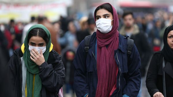 Иранские женщины носят защитные маски, чтобы предотвратить заражение коронавирусом - Sputnik Ўзбекистон