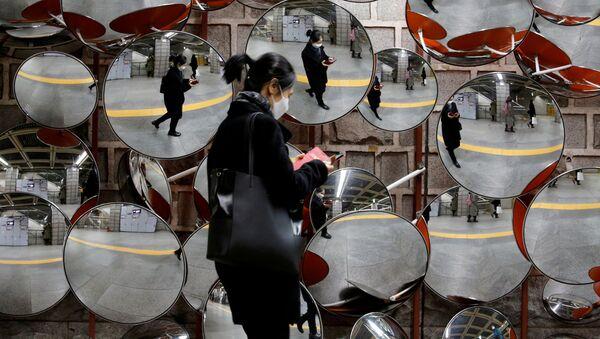 Женщина в медицинской маске в Сеуле  - Sputnik Ўзбекистон