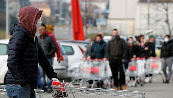 Люди стоят в очереди в супермаркете за пределами города Казальпустерленго, который был закрыт итальянским правительством из-за вспышки коронавируса на севере Италии - Sputnik Ўзбекистон