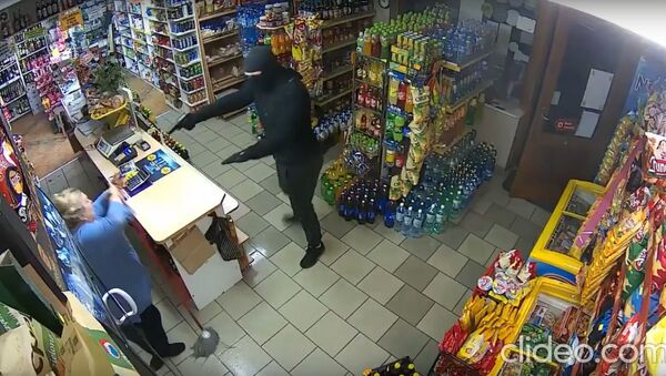 Polish shopkeeper defend her property against robber with mop - Sputnik Узбекистан