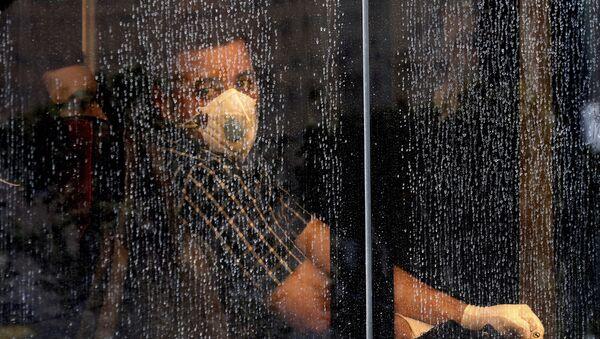 Житель в маске в автобусе в Тегеране  - Sputnik Ўзбекистон