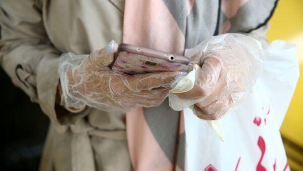 Девушка в защитных перчатках в Тегеране  - Sputnik Ўзбекистон