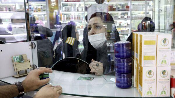 Покупатель в маске в аптеке в Тегеране  - Sputnik Ўзбекистон