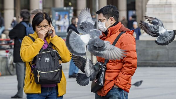 Туристы в защитных масках на одной из улиц Милана - Sputnik Ўзбекистон