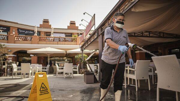 Женщина моет террасу кафе в Ла Калета на Тенерифе - Sputnik Узбекистан