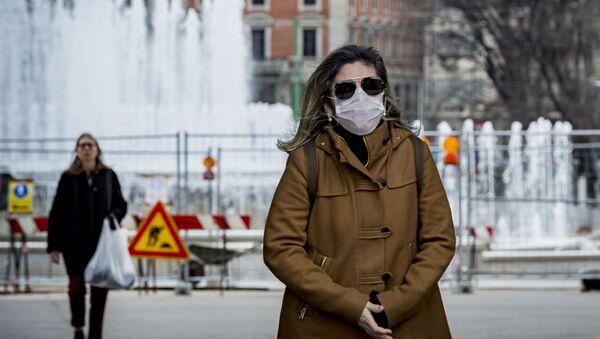 Женщина в медицинской маске в центре Милана - Sputnik Ўзбекистон