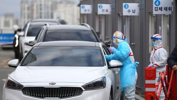 Медицинские работники осматривают водителей в Тэгу - Sputnik Ўзбекистон