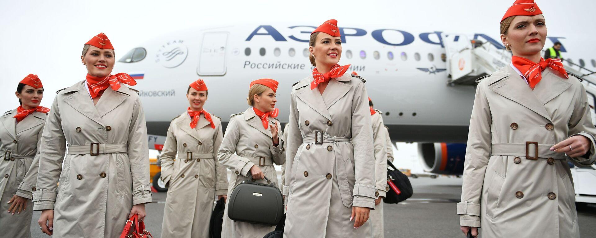 Стюардессы у дальнемагистрального широкофюзеляжного пассажирского самолета Airbus A350-900 авиакомпании Аэрофлот  - Sputnik Узбекистан, 1920, 09.06.2021