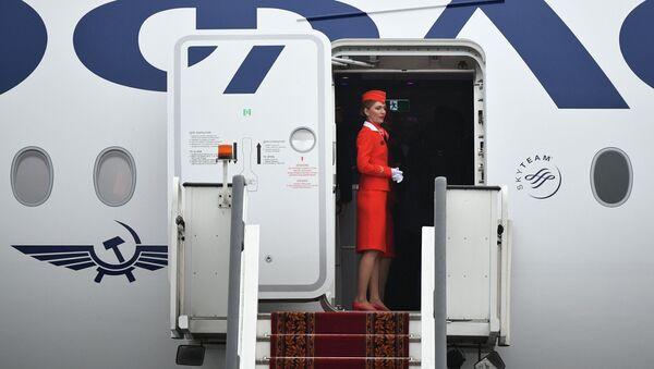 Стюардесса на борту дальнемагистрального широкофюзеляжного пассажирского самолета Airbus A350-900 - Sputnik Узбекистан