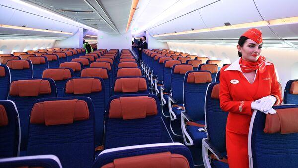 Стюардесса в салоне дальнемагистрального широкофюзеляжного пассажирского самолета Airbus A350-900 авиакомпании Аэрофлот - Sputnik Ўзбекистон