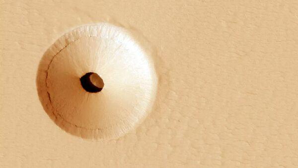 Ученые НАСА обнаружили на Марсе странную дыру - Sputnik Ўзбекистон