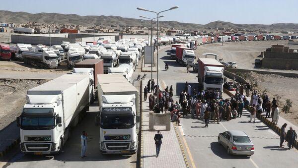 Грузовики на границе Ирана ждут очереди - Sputnik Ўзбекистон