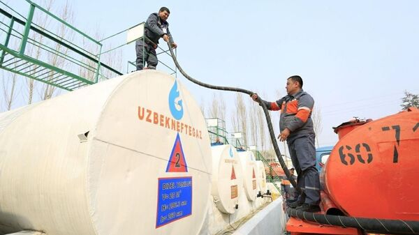 Работа сотрудников на одной из нефтебаз в Узбекистане - Sputnik Узбекистан