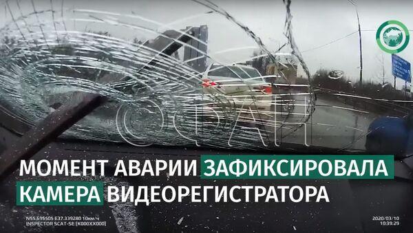 Рессора влетела в лобовое стекло машины в Москве. ФАН-ТВ - Sputnik Узбекистан